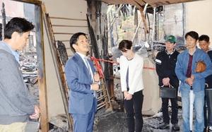 奥村隆司社長(左)らを励ます桂米團治さん=5月13日、福井県あわら市温泉4丁目のべにや