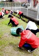 【奉仕】第一生命保険が保育園で草取り