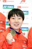 準優勝のメダルを手に笑顔をみせる山口茜=羽田空港