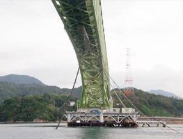 貨物船が衝突したとみられる大島大橋。ちぎれた水道管が橋の左下に垂れ下がっている=22日(柳井海上保安署提供)