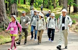 金山助教が開発した気候療法の短縮版プログラムでウオーキングをする参加者=2015年5月、福井県越前市の八ツ杉千年の森