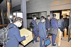 大野市役所に家宅捜索に入る福井県警捜査員=11月19日午後6時55分ごろ、福井県大野市