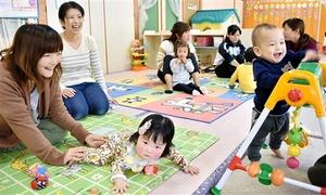 大勢の子どもたちでにぎわい母親たちにも好評の子育て支援施設「カンガルーのお部屋」=4日、福井県勝山市片瀬町1丁目