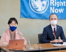 記者会見する日本ウイグル協会のレテプ・アフメット副会長(右)ら=8日午前、厚労省