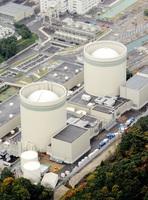 関西電力高浜原発1号機(左)と2号機=2015年11月、福井県高浜町