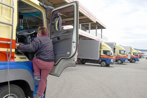 多くのトラックが出入りする運送会社の倉庫。ドライバーたちは感染防止を図りながら、物流を支えている=福井県福井市の北陸トラック運送