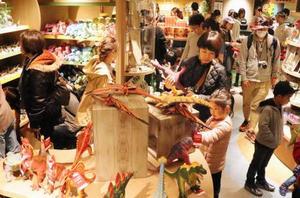 新装オープンした福井県立恐竜博物館のショップ=27日午前、福井県勝山市