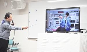 大飯原発4号機の中央制御室内のライブ映像が流れるモニター画面=5月11日、福井県高浜町水明の関電原子力研修センター