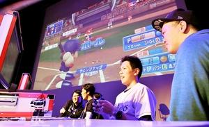 「第1回ふくいeスポーツ野球大会」でコンピューターゲームの腕前を競う出場者=10月20日、福井県福井市のハピリンホール