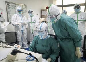 中国・武漢で新型肺炎の患者の対応にあたる医療従事者ら=1月27日(新華社=共同)