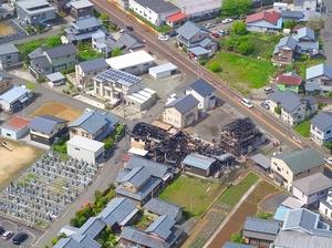 住宅4棟が全焼した現場=7日、福井県鯖江市鳥羽2丁目上空から日本空撮・小型無人機ドローンで撮影