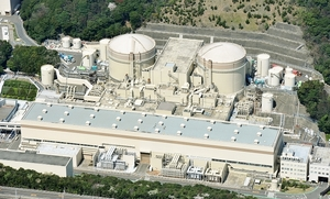 廃炉が検討されている大飯原発(右から)1、2号機=2015年4月9日、福井県おおい町大島(福井新聞社ヘリから)