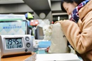 午後8時を前に帰り支度をする職員=1月、福井県大野市の大野市役所