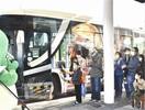 恐竜づくしバス発進 博物館⇔福井駅を初直通 内…