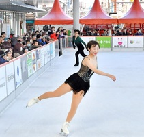 華麗な滑りを披露する関西大学アイススケート部の選手たち=2月8日、福井県福井市のハピリンク