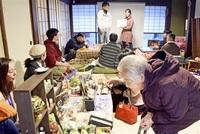 「玉村屋」で交流の輪 南越前 1周年祝いトークに花 県内外から集う