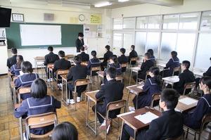全国学力テストの問題冊子の配布を待つ生徒=4月17日、福井県福井市足羽一中