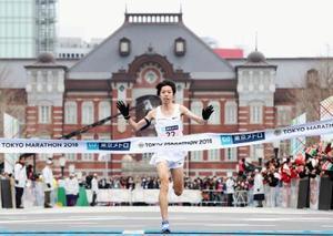 日本新となる2時間6分11秒でゴールする設楽悠太。奥は東京駅=25日、東京都千代田区(代表撮影)