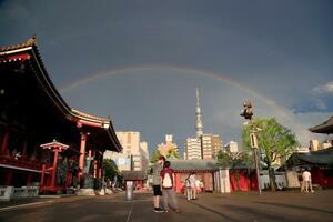激しい雷雨のあと、東京・浅草寺上空にかかる二重の虹。奥は東京スカイツリー=13日午後5時30分