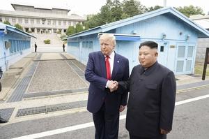 南北軍事境界線がある板門店で握手するトランプ米大統領(左)と北朝鮮の金正恩朝鮮労働党委員長=6月30日(ロイター=共同)