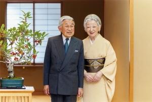 天皇陛下と81歳の誕生日を迎えられた皇后さま=9月29日、皇居・御所(宮内庁提供)
