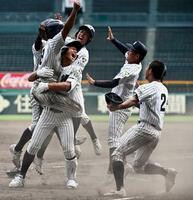 明徳義塾―鳥取城北 9回裏、新沢の右越え2点三塁打で逆転サヨナラ勝ちし、大喜びの明徳義塾ナイン=甲子園
