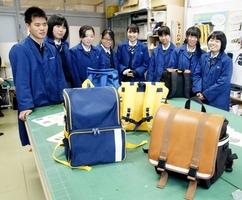 科学技術高校の生徒が考案した小学生向けの通学かばん=1月15日、福井県福井市の同校