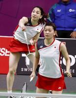 アジア大会のバドミントン女子ダブルス決勝でプレーする高橋礼(手前)、松友組=ジャカルタ(共同)