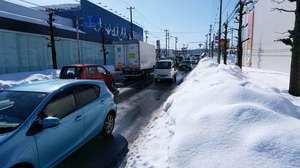 青空が広がる福井市内で発生した渋滞=14日午前10時15分ごろ、福井市文京7丁目から撮影