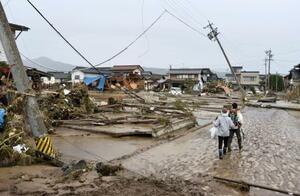千曲川の堤防が決壊し、浸水被害を受けた住宅地=14日午前11時34分、長野市