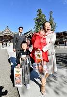 澄んだ青空の下、七五三の参拝に訪れた家族連れ=11月9日、福井県福井市宝永4丁目の神明神社