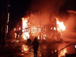 音を立て、激しく燃える火事現場=28日午前0時ごろ、福井県あわら市温泉3丁目