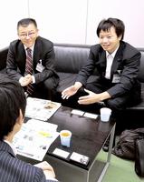 引退したプロサッカー選手の福井での就農を提案する清水県議(右)=9日、東京都文京区のJリーグ事務局