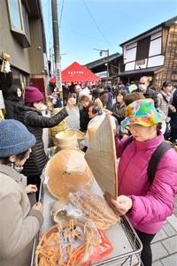 青空に誘われ 品定め 勝山年の市 木工品や伝統食並ぶ