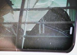 警察車両で福井地検に送られる容疑者(右)=11月28日午後1時ごろ、福井県警福井署