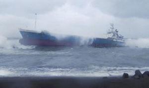 北海道苫小牧港沖で座礁した貨物船栄丸=18日午前(第1管区海上保安本部提供)