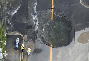 地震で水道管が破裂した現場=6月18日午前10時48分、大阪府高槻市(共同通信社ヘリから)
