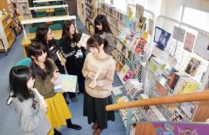 自らが選んだ本を手に話し合う図書館サポーターたち=福井市の仁愛女子短大附属図書館