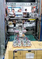 東芝インフラシステムズが公開した荷下ろしロボット=11日、東京都江東区