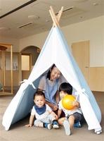 ジャクエツなどが開発した、吸音効果のある保育向けのテント形教具