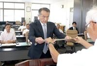 当選の勝山市議16人に証書付与 市選管