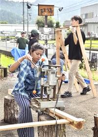 海外学生 交流の場創出 鯖江・飲食店 建築学ぶ10人がワークショップ 棚、立体物作りに汗