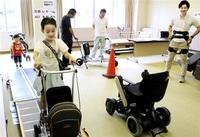 最新介護機器来場者が体験 永平寺町で福祉イベント