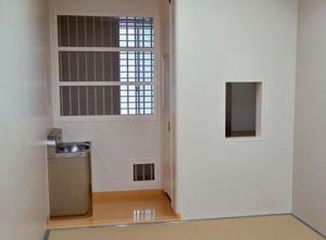 留置室内のトイレ(右奥)は座った際に顔の高さとなる1メートル弱に小窓が設置してあるほかは個室と同様=警視庁原宿署