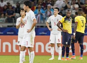 日本―エクアドル 試合終了間際、自身のゴールについて、手を合わせてVARの判定を待つ久保建(左奥)=ベロオリゾンテ(共同)