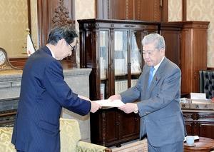伊達忠一参院議長(右)に合区解消を求める提言書を渡す西川一誠知事=10日、国会