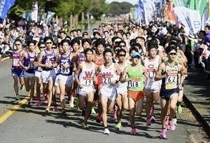 箱根駅伝の予選会で力走する各大学の選手たち=陸上自衛隊立川駐屯地