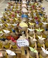 新型コロナウイルスの収束を願うメッセージと、越前和紙の折り鶴をあしらった花火玉