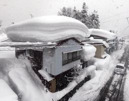 民家の屋根に積もった雪=13日午後、山形県尾花沢市