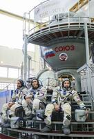 4月9日の打ち上げを前にモスクワ郊外で訓練を受ける米ロの宇宙飛行士=12日(タス=共同)